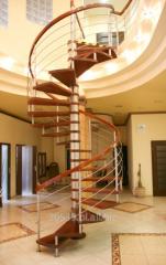 Schody kręcone na słupie nośnym ze stali nierdzewnej z egzotycznego drewna merbau i metalową galerią.