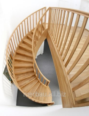 Schody gięte z galerią z elementami drewnianymi, wykonane z jesionu klasy A, zamknięte z obu stron balustradami.