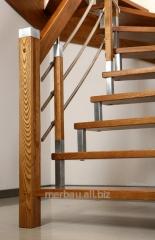 Drewniane schody z drewnianą galerią.