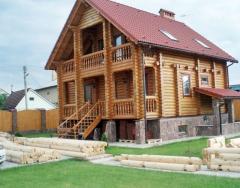 Drewniane domy z bali okrągłych.