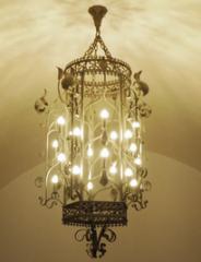 Ręcznie wykonany bogaty żyrandol w stylu zamkowym.