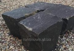 Kostka łupana bazaltowa czarna o rozmiarze 10 x 10 x 10 cm.