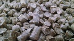 Pellet (granule paliwowe) o wymiarach od 6 mm do 8 mm.
