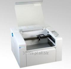 Cichy, wydajny laser CO2 w korzystnej cenie, ze stołem przelotowym.