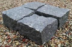 Bloczki (kostka) z granitu naturalnego, różne rozmiary i kolory.