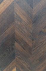 Deska na podłogę z drewna dębu w klasie natur, wzór dąb czarny w jodełkę francuską, klasa natur czyli kolor drewna naturalny, zróżnicowany kolorystycznie.