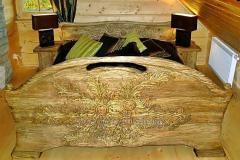 Łóżka wykonane z drewna z unikatowymi rzeźbieniami wykonywanymi na zamówienie klienta.