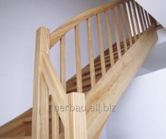 Schody jesionowe klasyczne model C2 w konstrukcji obustronnie wangowej z podstopniami i klasycznymi poręczami, tralkami i słupami.