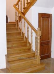 Schody drewniane na wylewce betonowej obłożonej drenem (stopnie i podstopnie), schody dywanowe.