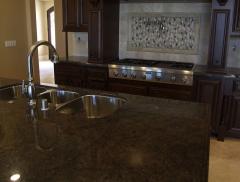 Granit naturalny szlifowany na blaty i parapety.
