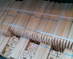 Tyczki, kołki graniczne z drewna liściastego osikowego lub bukowego.