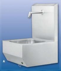 Wash basin with a wall for protection against