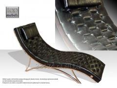 Wygodny szezlong uszyty z elementów przypominających plaster miodu na konstrukcji z polerowanej stali nierdzewnej, szezlong dostępny w obiciu: tkanina, eko skóra, skóra naturalna.