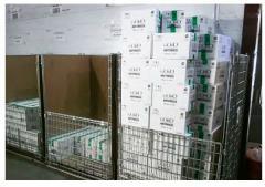 Wysokie pojemniki siatkowe z dzieloną ścianą przednią i  wypełnieniem kartonowym