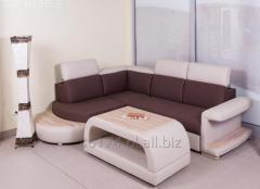 Rozkładana skórzana kanapa narożna Vito z podświetleniem led w bokach i ruchomymi zagłówkami w komplecie z pasującym do niej stolikiem; rogówka dostępna również w obiciu materiałowym, wybór kolorów.