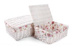 Zestaw białych kuferków z materiałem w kwiaty