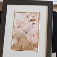 Obrazy florystyczne przedstawiające rożne gatunki kwiatów, romantyczna i nastrojowa dekoracja wnętrza utrzymana w pastelowych barwach.