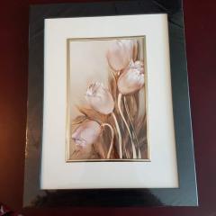 Pastelowe tulipany, obrazy dostępne w trzech rozmiarach, obramowane i zapakowane w folię chroniącą przed zarysowaniem.