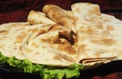 Świeży chleb w formie cienkiego placka wypiekanego z mąki pszennej