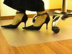 Ochronne maty podłogowe z poliwęglanu pod krzesła i fotele.
