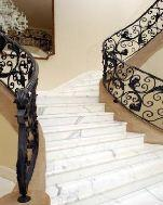 Schody wykonane z kamienia naturalnego: marmur;