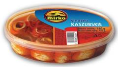Koreczki śledziowe po kaszubsku ze smażoną cebulką i pomidorami.