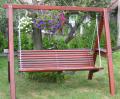 Huśtawki ogrodowe wykonane w całości z drewna.