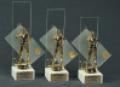 Statuetki i trofea sportowe.