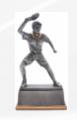 Różnorodność statuetek sportowych.