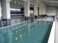 Balustrada wykonana ze stali przy basenie