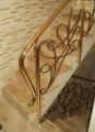 Mosiężna balustrada schodowa z wypełnieniem kutym