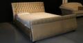 Klasyczne łóżko tapicerowane z pojemnikiem na pościel.