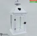 Biała latarnia 24302 wykonana z drewna z serduszkiem na daszku