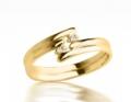 Pierścionek zaręczynowy z żółtego złota z brylantami.