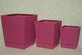 Doniczki kwadratowe z dopasowanym ceramicznym podstawkiem w 15 żywych kolorach.