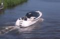 Jacht motorowy z wewnętrznym silnikiem do żeglugi śródlądowej.