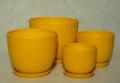 Klasyczna nowoczesność, doniczka ceramiczna w komplecie z podstawkiem