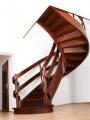 Schody gięte z drewna sapeli, konstrukcja policzkowa pełna, poręcze i galeria dwie wstęgi.