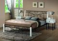 Eleganckie łóżko Riza z metalu łączonego z elementami z białego drewna. Szerokość 160cm, stelaż w komplecie.