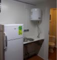 Przyczepa socjalna dwuosiowa w układzie tandem zapewniająca komfortowe warunki dla pracowników, na wyposażeniu toaleta, prysznic, lodówka, zlewozmywak i ogrzewacz wody.