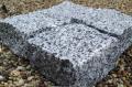 Kostka łupana jasno-szara z granitu o wymiarach 10 x 10 x 5 cm.