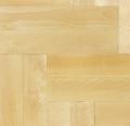 Parkiet brzozowy w kolorze naturalnego drewna, wykończenie surowe.