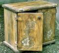Drewniana komoda z ręcznie wykonanymi rzeźbieniami.