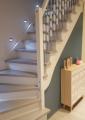 Schody samonośne na konstrukcji drewnianej, malowana na biało -stopnie jesionowe bejcowane kolor popiel.