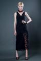Wioletta, długa, powiewna suknia bez rękawa, z szyfonu lub z koronki. Unikalny wąski dół, przypominający pareo, odkrywający nogę, lekko udrapowany na boku.