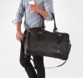 Stylowa męska torba podróżna skórzana z paskiem na ramie.