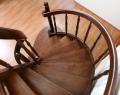 Schody drewniane model G4 z drewnianymi stopniami, ażurowe, z jesionu i drewnianymi tralkami pionowymi.