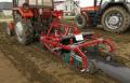 Pasywna maszyna do formowania i okrywania folią kopców, dedykowana do uprawy truskawek, ogórków, malin, marchewki.
