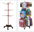 Metalowy stojak ekspozycyjny z solidną podstawą w kolorze czerwonym przeznaczony do prezentacji torebek prezentowych.