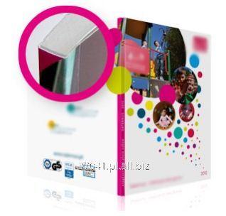 Zamówienie Druk katalogów i folderów szytych, niska cena, krótkie terminy i bezkompromisowa jakość dzięki zastosowaniu maszyny 8 kolorowej Ryobi.